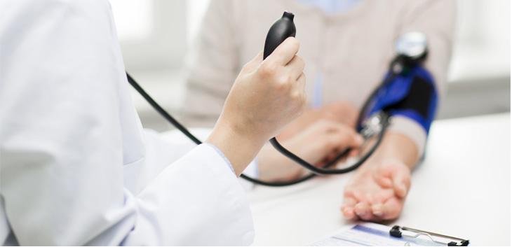 고혈압: 심장이 몸에 산소와 영양소 공급을 위해 수축, 이완을 반복하면서 혈액을 인체 모든 곳에 보내는데 심장이 수축하여 혈액을 혈관으로 내보낼 때 받는 가장 높은 압력을 수축기 혈압이라고 하며, 심장이 수축 끝에 이완되면서 혈액을 받아들일 때 받는 가장 낮은 압력을 이완기 혈압이라고 합니다. 보통 정상 혈압은 수축기 120mmHg, 이완기 80mmHg이며, 수축기혈압이 140mmHg 이상, 이완기 혈압이 90mmHg 이상인 경우에 고혈압이라고 합니다.